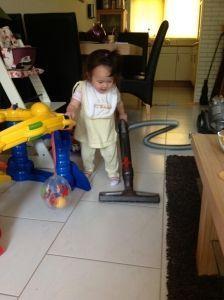 2012-07-28 Chloe aan het stofzuigen5