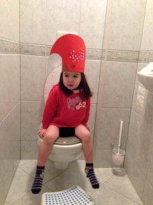 2013-12-25 Chloe met kerstmuts op de wc