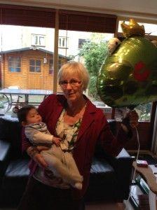 2014-01-18 Sylvain krijgt welkomstballon van opa en oma2