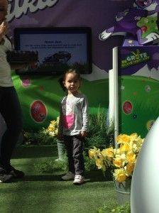 2014-04-18 Chloe zoekt Paaseitjes in Wijnegem4