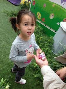 2014-04-18 Chloe zoekt Paaseitjes in Wijnegem5