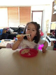 2014-05-30 Chloe eet bami met stokjes5