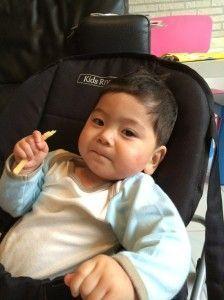 2014-07-06 Sylvain eet voor het eerst patat9