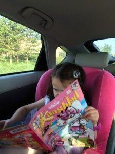 2014-07-10 Chloe leest lekker in de auto1