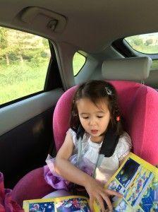 2014-07-10 Chloe leest lekker in de auto2