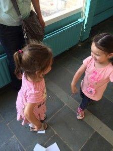 2014-07-16 Chloe geeft Elise een knuffel1