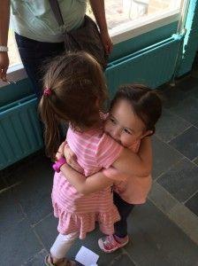 2014-07-16 Chloe geeft Elise een knuffel2