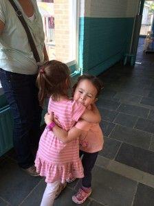 2014-07-16 Chloe geeft Elise een knuffel3