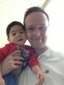 2014-08-13 Sylvain op selfie met papa