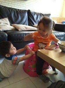 2014-08-14 Kids eten macaroni1