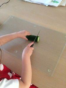 2014-09-28 Chloe snijdt de groente1