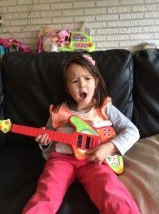 2014-10-19 Chloe zingt voor jarige Marrit2