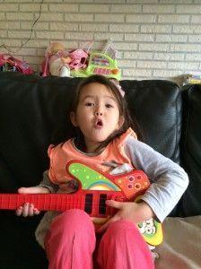 2014-10-19 Chloe zingt voor jarige Marrit5