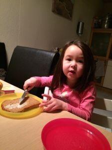 2015-02-26 Chloe maakt ontbijt2