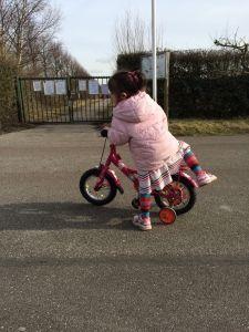 2015-03-05 Chloe fietst al aardig lekker1