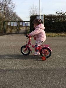 2015-03-05 Chloe fietst al aardig lekker2