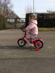 2015-03-05 Chloe fietst al aardig lekker3