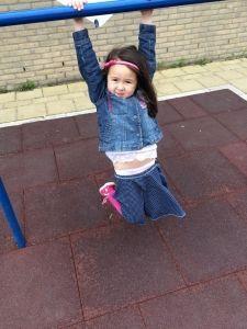 2015-06-23 Chloe hangt even rond buiten de creche