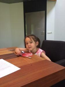 2015-07-02 Chloe bij de notaris met papa
