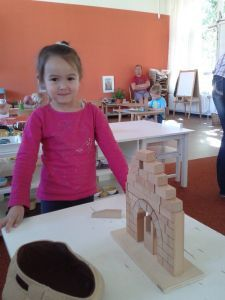 2015-07-21 Chloe bouwt Romeinse boog