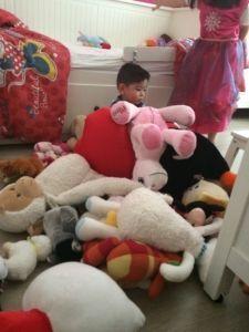 2015-08-16 Sylvain bedolven onder knuffels