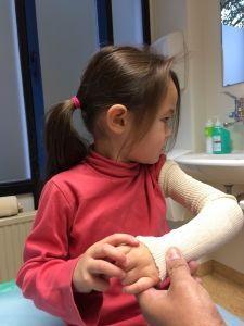 2015-09-25 Chloe krijgt nieuw gips06