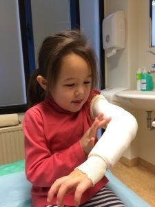 2015-09-25 Chloe krijgt nieuw gips10