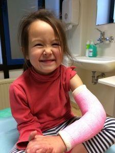 2015-09-25 Chloe krijgt nieuw gips29
