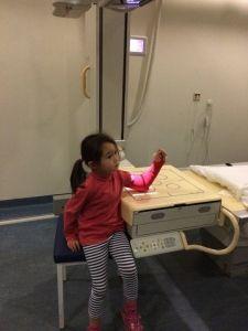 2015-09-25 Chloe krijgt nieuw gips37