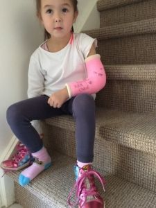 2015-09-26 Chloe strikt veters met gebroken arm5