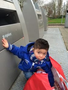 2015-12-25 Sylvain helpt mee papier dumpen3
