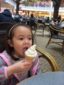 2016-02-21 Chloe en een lekker ijsje