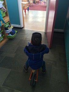 2016-03-10 Sylvain met loopfiets naar Casa5
