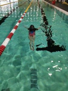 2106-03-19 Chloe zwemt zoner kurkjes3