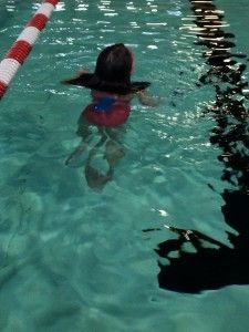 2106-03-19 Chloe zwemt zoner kurkjes4