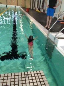 2106-03-19 Chloe zwemt zoner kurkjes6