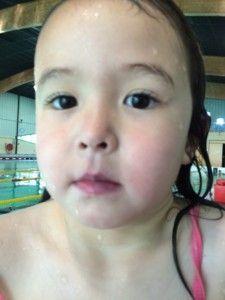 2016-05-07 Chloe heeft na twee zwemlessen paarse lippen