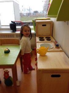 2013-04-10 Chloe speelt in de keuken bij de creche1