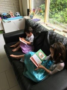 2016-06-22 Kids lezen samen op de bank2