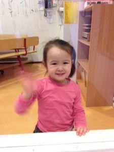2014-02-18 Chloe zwaait op de creche1
