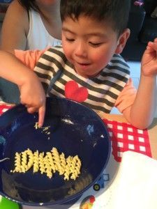 2016-08-04 Sylvain legt zijn pasta netjes neer